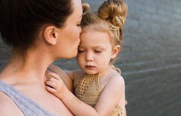 """האם בכוחם של חיבוק או """"נשיקה של אימא על הפצע"""" להפחית כאב?"""